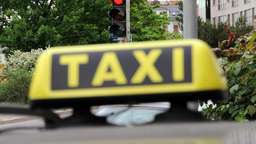 Voll besetztes Taxi rast in Schleuse