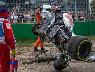 epa05221905 The destroyed car of Spanish Formula One driver Fernando Alonso of McLaren-Honda after crashing with Mexican Formula One driver Esteban Gutierrez of Haas F1 Team during the Australian Formula One Grand Prix at the Albert Park circuit in Melbourne, Australia, 20 March 2016. EPA/SRDJAN SUKI +++(c) dpa - Bildfunk+++