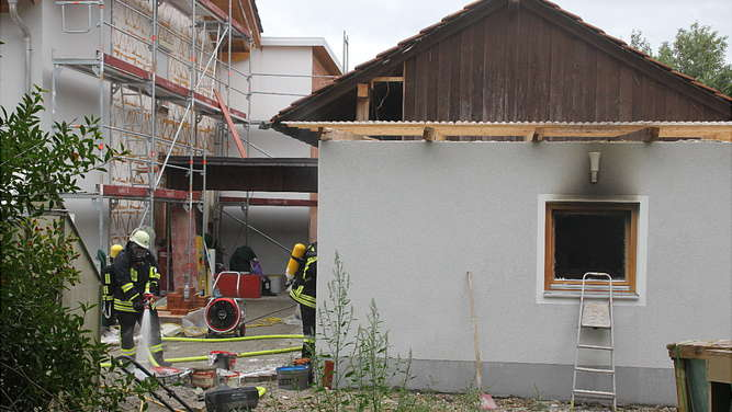 Ladekabel setzt Garage in Breitmoos in Brand